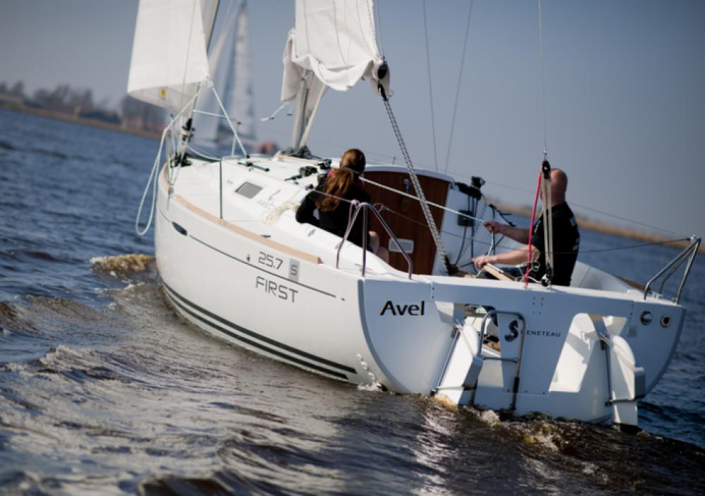 Alquiler de barcos Saint-Gilles-Croix-de-Vie barato de First 25.7 S