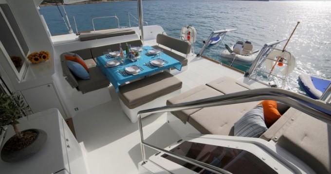 Alquiler de barcos Atenas barato de Lagoon 52 F